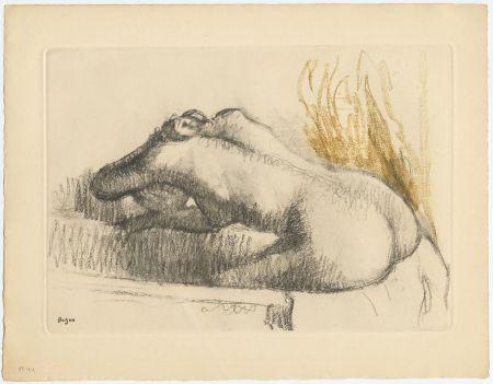 Офорт И Аквитанта Degas - Femme se lavant dans sa baignoire (vers 1892)
