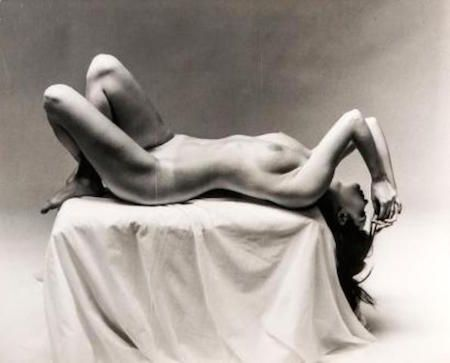 Фотографии De Dienes  - Nude Laying on Pedestal