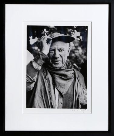 Фотографии Clergue - Picasso a la Feria, revetu des habits de la Pena de Logrono - Nimes, 1959